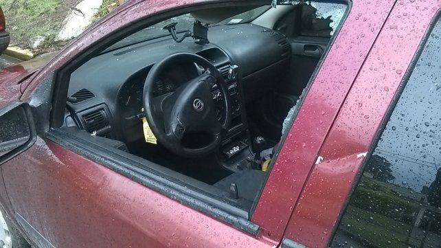 Lo detuvieron después de robar en un auto y tuvo que pagarle a las víctimas.