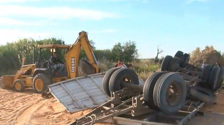 Un camión que transportaba cereal volcó en la curva de la muerte