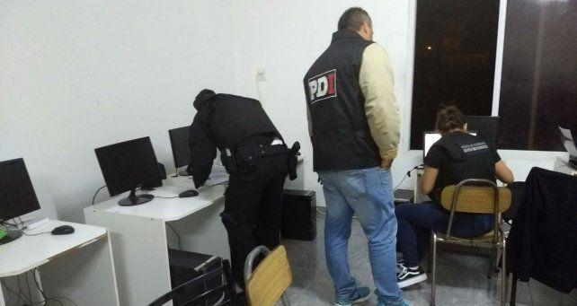 Personal de PDI realiza un recuento de las computadoras secuestradas.