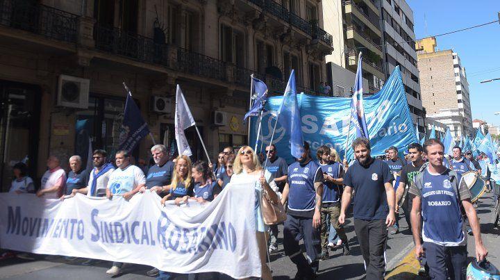 El Movimiento Sindical de Rosario marchó hoy por las calles del centro en reclamo de aumento salarial.
