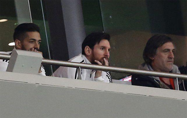 Desde afuera. Leo Messi sigue el amistoso en un palco junto a Manuel Lanzini.