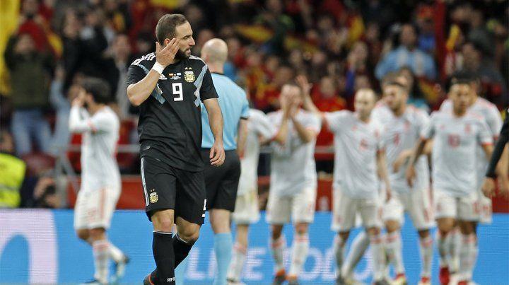 Desazón. El lamento de Higuaín luego del primer gol español