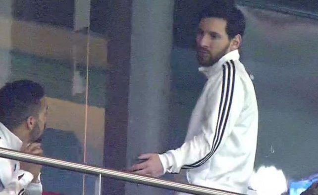 De salida. Leo Messi se levantó del palco luego del 6-1 de España sobre Argentina.