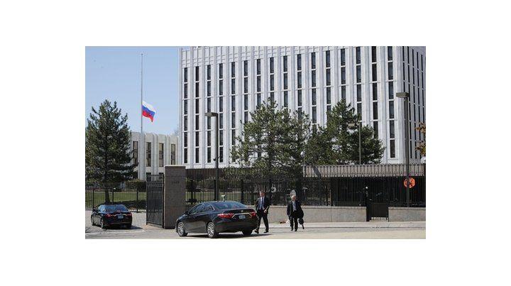 Represalias. Autos aguardan para ingresar a la legación moscovita en Washington