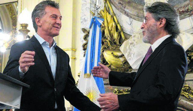 adiós. Macri felicitó a Abad en el acto de su despedida de la Afip.