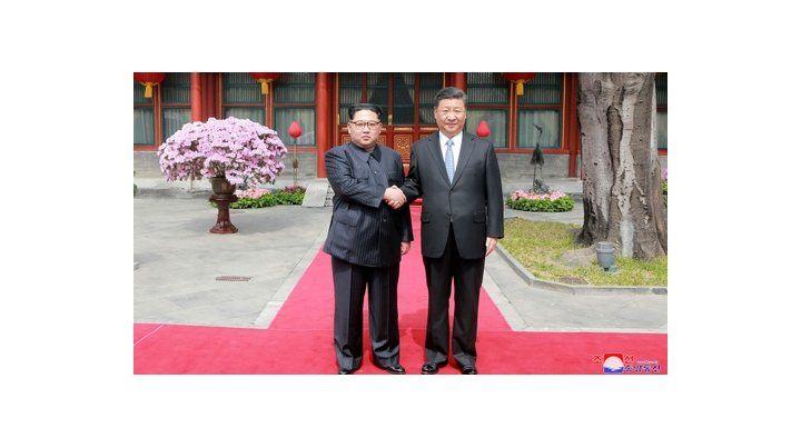 Sorpresa. Kim Jong-un estrecha la mano de su aliado chino