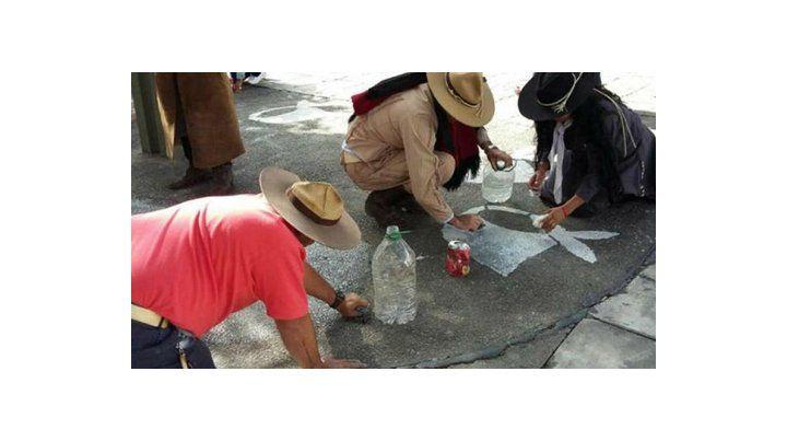 sin memoria. Integrantes de grupos tradicionalistas borran los pañuelos de la Plaza Belgrano