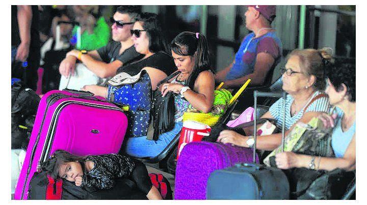 cinco días locos. Los turistas abarrotaron ayer la Terminal de Retiro.