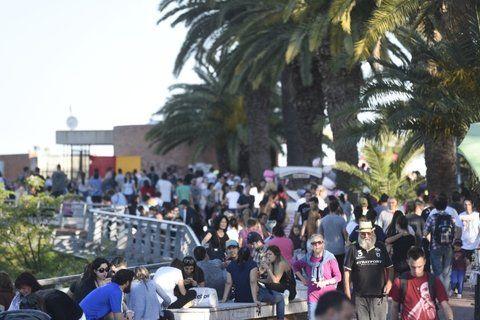 junto al río. Los paseos por la ribera central rosarina conforman una de las principales atracciones en los fines de semana largos.