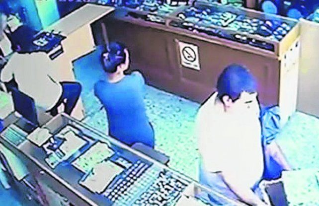 imagen de videO. El hombre tiene una bolsa y una mujer pone lo robado.