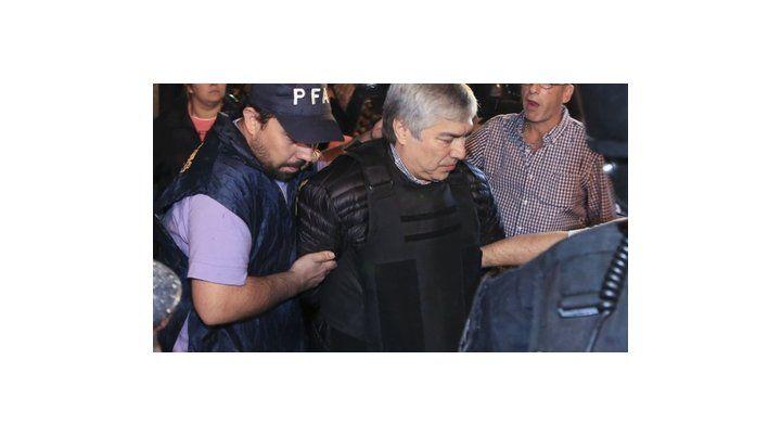 esposado. Báez está preso desde el 5 de abril de 2016.