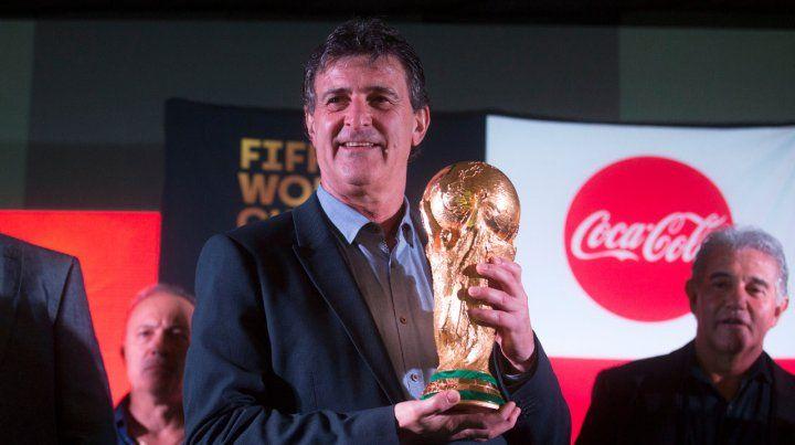 Cuarenta años después. El MatadorKempes volvió a abrazar la Copa del Mundo.