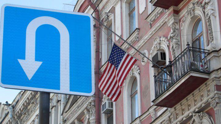 La bandera estadounidense flamea en el consulado en San Petersburgo.