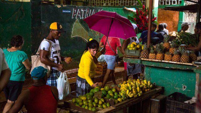 La economía cubana sufre con la utilización de una doble moneda.