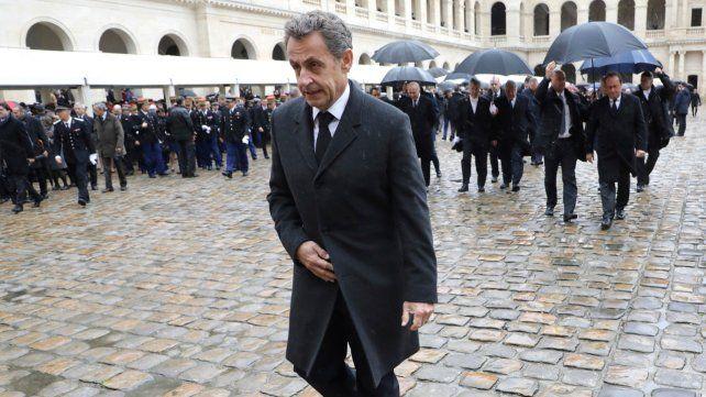 Sin paraguas. Sarkozy está en problemas a raíz de escuchas telefónicas que lo comprometerían.