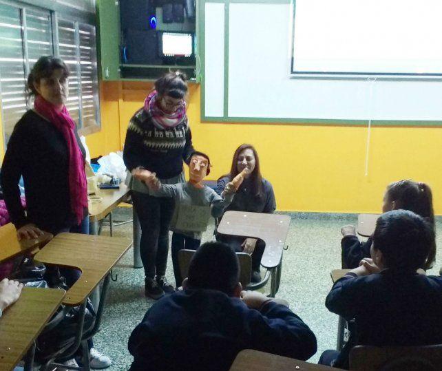 El títere Dere Chito en uno de los talleres realizados en 2017 en escuelas primarias de Rosario.