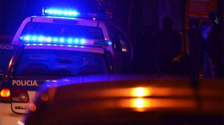 Noche cerrada. Sólo las luces de los patrulleros iluminaban anoche la cuadra de Medrano al 2700.