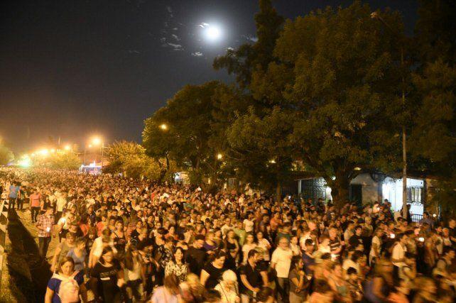 Una multitud acompañó al padre Ignacio esta noche en el Vía Crucis.