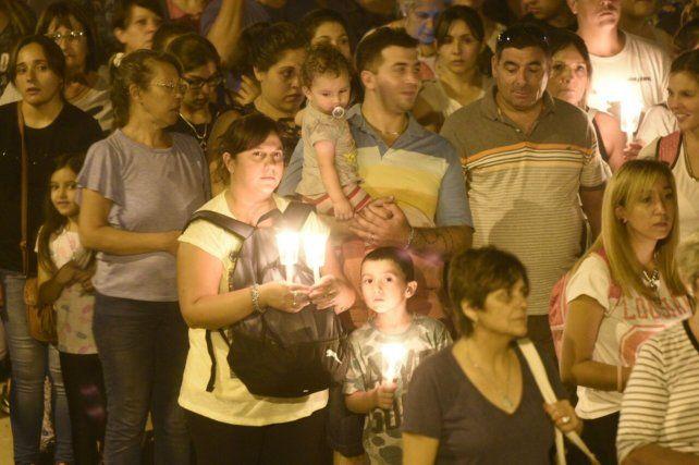 Familias enteras acompañaron al padre Ignacio en el Vía Crucis de barrio Ruccci.