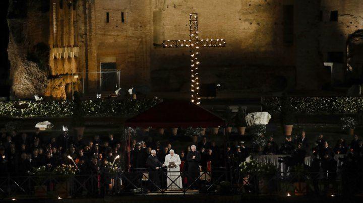 Viernes santo. Imponente marco de la celebración. Francisco siguió la procesión desde un podio.