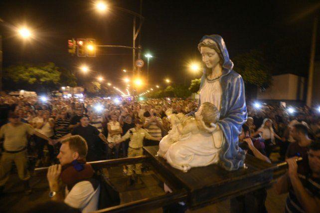 Una multitud acompaña al Padre Ignacio en el Vía Crucis en barrio Rucci