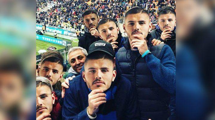 Homenaje. Los hinchas de Inter lucieron caretas con la imagen del delantero rosarino.