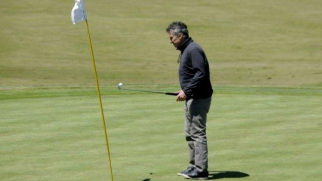 Macri aprovechó los días descanso para jugar al golf.