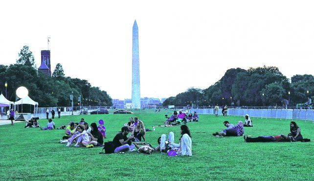Aire libre. Los parques de Washington se pueblan de gente que busca aprovechar el tiempo libre al sol. The Monument es un imán para los turistas que visitan la ciudad.