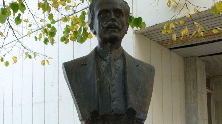 El busto de Netri en el cementerio El Salvador.