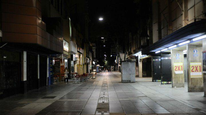 Tenue. Las luces del alumbrado en las peatonales San Martín (foto) y Córdoba cambiarán por completo.