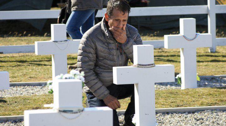 El lunes pasado por primera vez los familiares visitaron las tumbas identificadas de sus caídos.