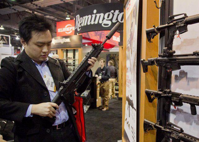 Menor demanda. Un fusil Remington es exhibido en una feria de armas.