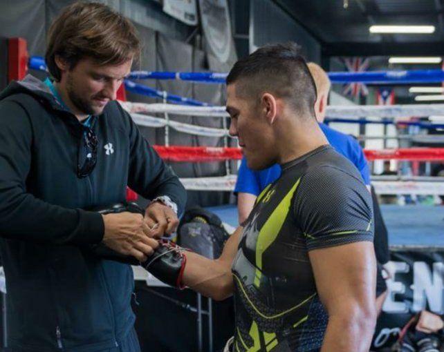 Ajustando los guantes. Matías Erbín prepara a grandes boxeadores.