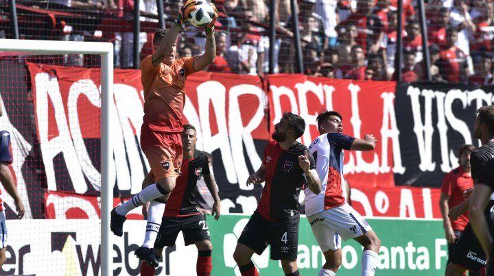 Seguridad. Ibáñez aferra la pelota. Fue titular por la baja inesperada de Pocrnjic.