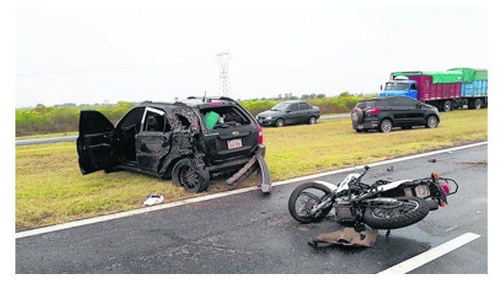 Tras cruzar de carril. El automóvil impactó a la moto Yamaha.