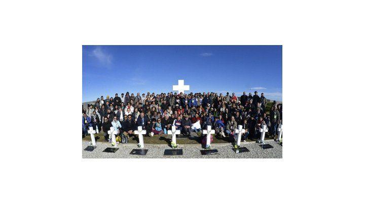 malvinas argentinas. El lunes pasado 214 familiares de los 90 soldados identificados viajaron por primera vez a visitar las tumbas de sus seres queridos en el Cementerio de Darwin.