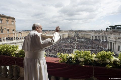 urbi et orbi. Francisco celebró la misa de Pascua ayer en San Pedro.