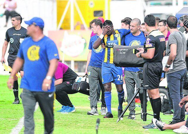 Dolor de cabeza. El defensor colombiano sufrió un esguince de rodilla y metió en problemas al entrenador Leo Fernández.