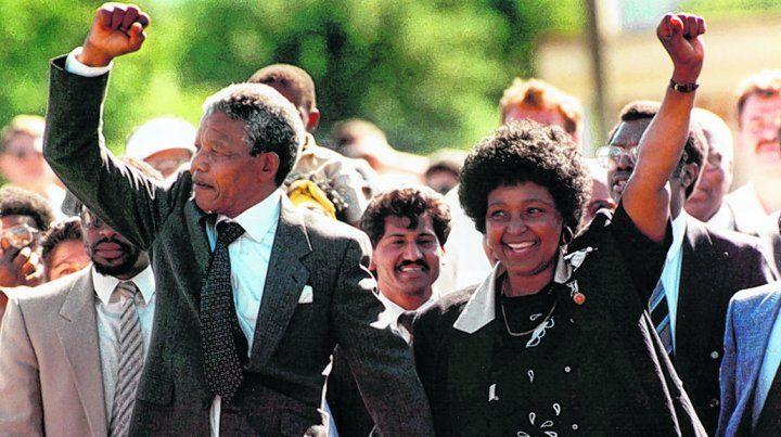 hito histórico. El 11 de febrero de 1990 Nelson Mandela abandona la prisión junto a su esposa Winnie.