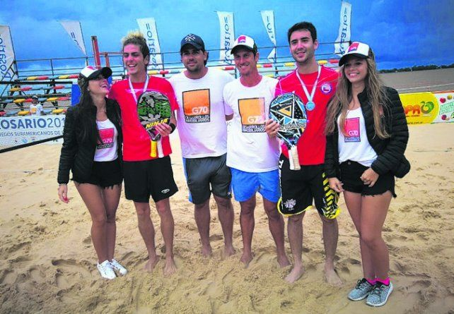 Con los ganadores. Eduardo Schwank posa con los flamantes campeones del torneo.