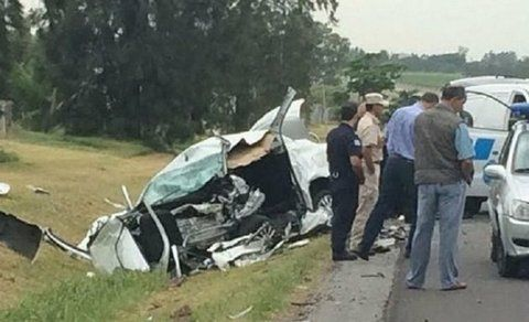 Espeluznante. La tragedia se desató cuando un auto cruzó de carril.