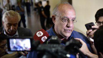 El presidente de Newells, Eduardo Bermúdez, dialoga con los periodistas tras reunirse con el juez Fabián Bellizia.