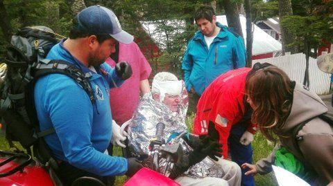 final feliz. Uno de los turistas europeos accidentados llega a Ushuaia.