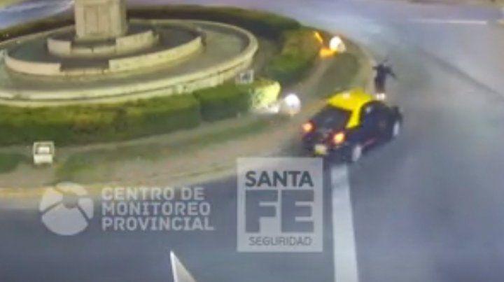 El momento en que un skater que circulaba en contramano es atropellado por un taxi