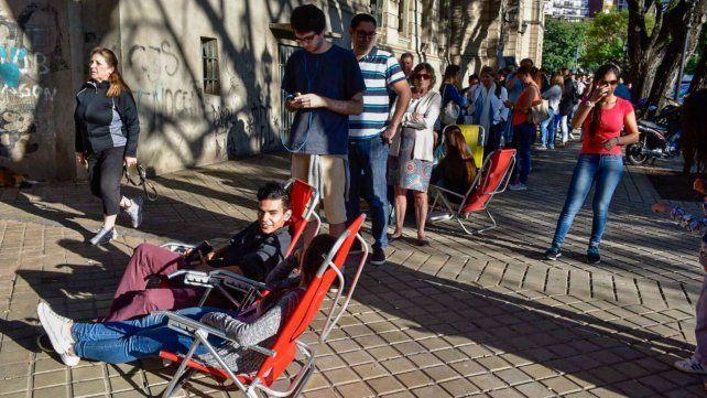 Largas colas de viajeros en la exAduana para vacunarse contra la fiebre amarilla