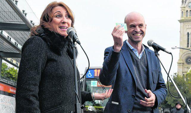 otros tiempos. La intendenta y el ministro de Transporte de la Nación, Guillermo Dietrich, sonrientes en Rosario, cuando no había tensión.