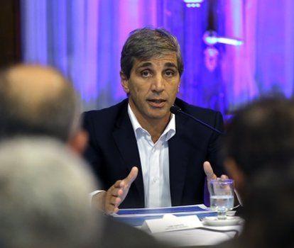 ministro. Caputo respondió preguntas sobre el nivel de endeudamiento y los fondos en el exterior.