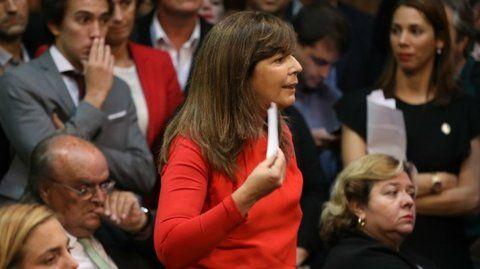 papelito. Cerruti estalla indignada cuando el secretario de Caputo le hizo llegar la nota que desató el escándalo.