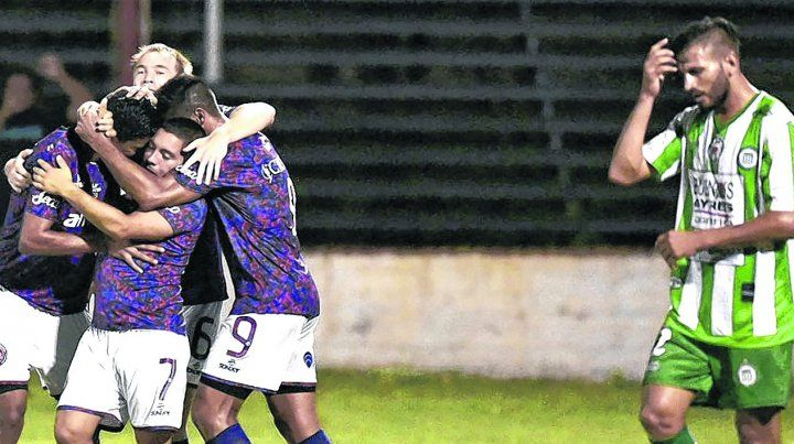 El desahogo. Ledesma marcó el gol charrúa y todos se asociaron al festejo de la figura del cotejo.