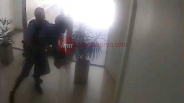 Un video muestra una brutal golpiza policial a un chico de 22 años